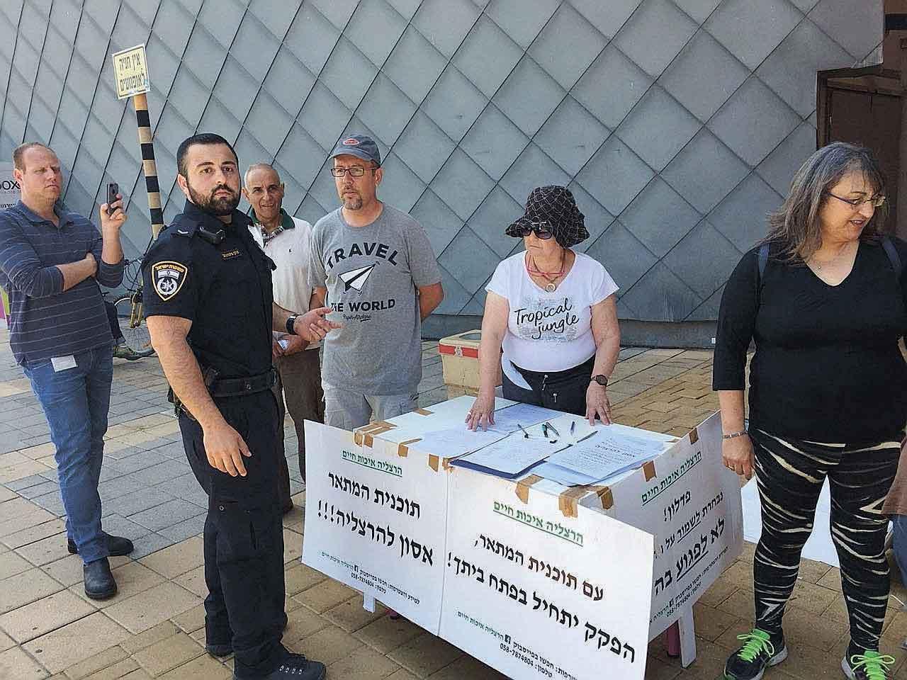 שוטרים ליד דוכן ההחתמה בקניון שבעת הכוכבים