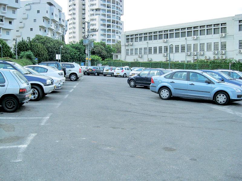 מגרש החנייה ליד תיכון הראשונים. צילום: ניר קידר