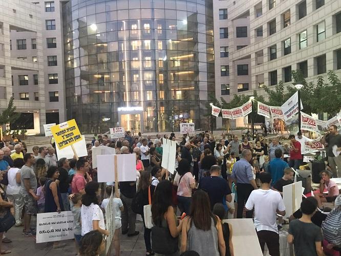 מתוך ההפגנה נגד תכנית המתאר מול בית העירייה. צילום: מטה המאבק בתכנית המתאר