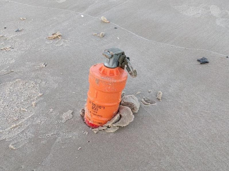 רימון ההלם שנמצא בחוף אכדיה. צילום: משטרת ישראל