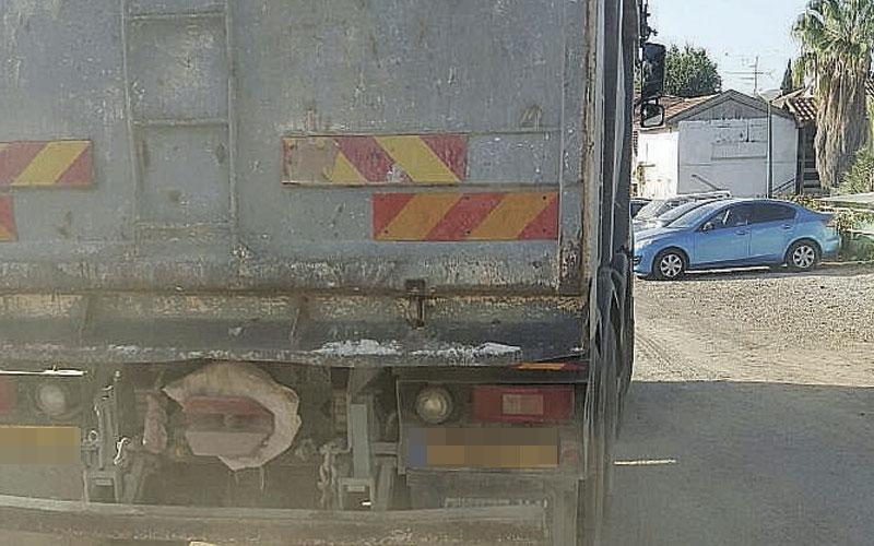 משאיות חוצות את שכונת יד התשעה