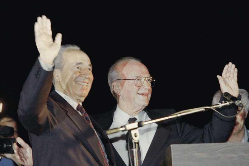יצחק רבין עם שמעון פרס בעצרת בה נרצח. צילום: AFP