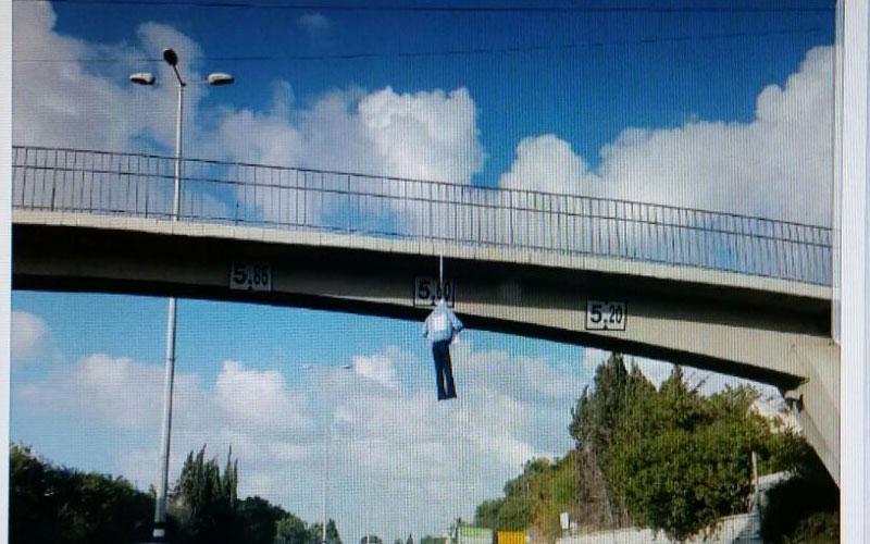 הבובה תלויה מגשר. צילום פרטי