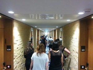סיור בחדרי המלון. צילום: גיא ברדן
