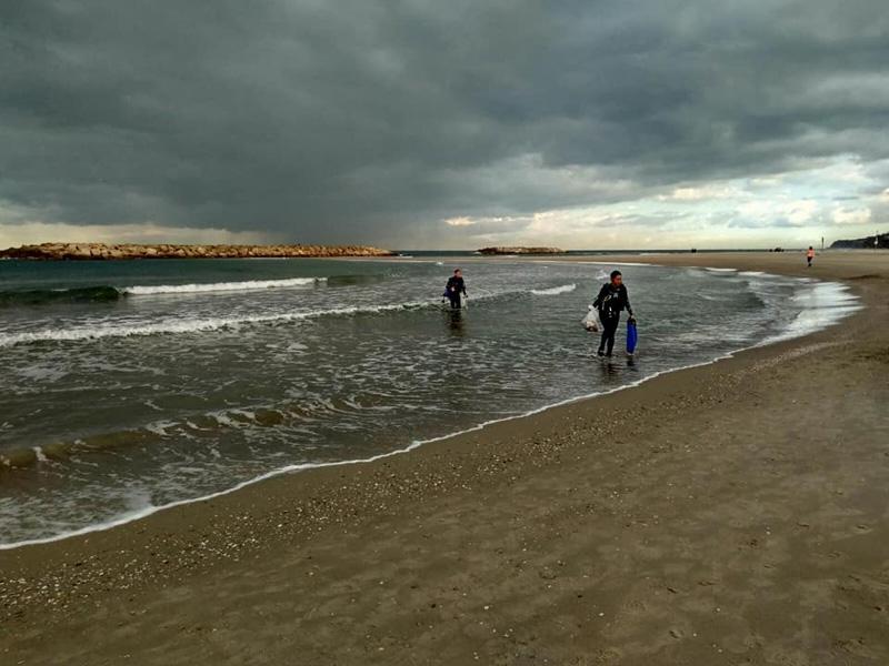 ניקוי חופים בהרצליה. צילום טל אנגרט