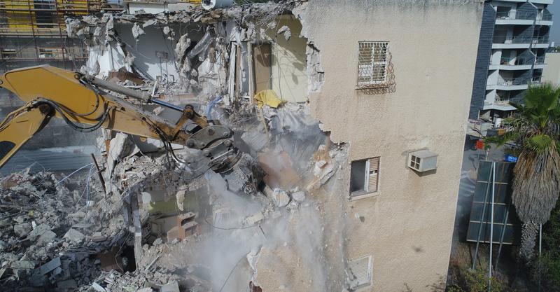 הריסת בניין ברחוב יגאל אלון בהרצליה. צילום: לביא תצלומי אוויר