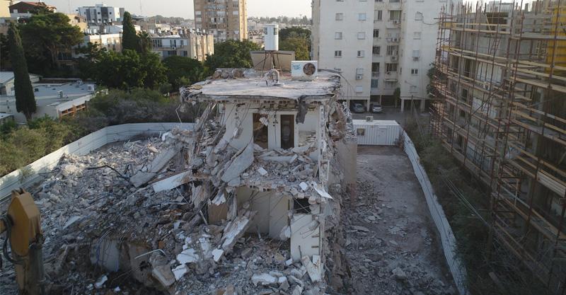 התחדשות עירונית: הריסת בניין ברחוב יגאל אלון בהרצליה. צילום: לביא תצלומי אוויר