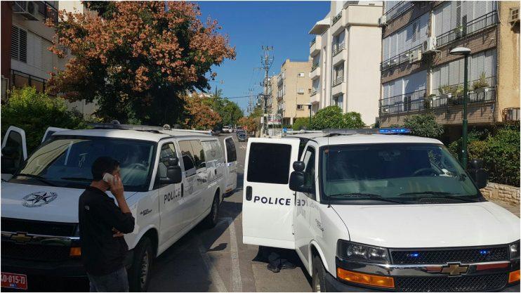 רימון מתחת למכונית ברחוב הרצוג בהרצליה. צילום משטרת ישראל.