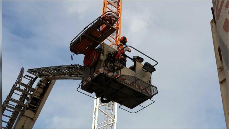 """פועל התמוטט במנוף באתר בנייה בהרצליה צילום: תיעוד מבצעי מד""""א"""