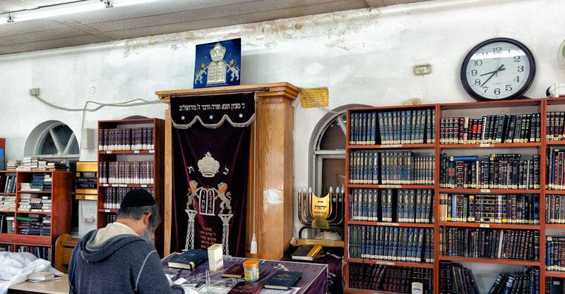 הרטיבות בבית הכנסת הגדול בהרצליה. צילום קובי קלמנוביץ'