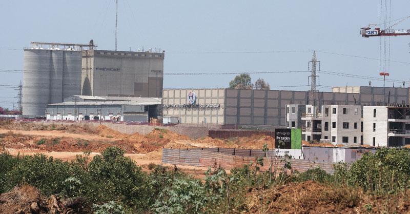 שטח מפעלי קניאל ובראון. צילום עזרא לוי