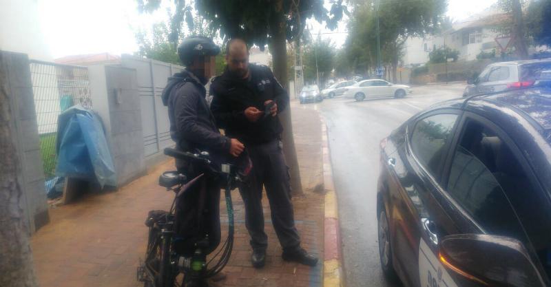 פקחי העירייה נותנים דוחות לרוכבי אופניים חשמליים ברעננה