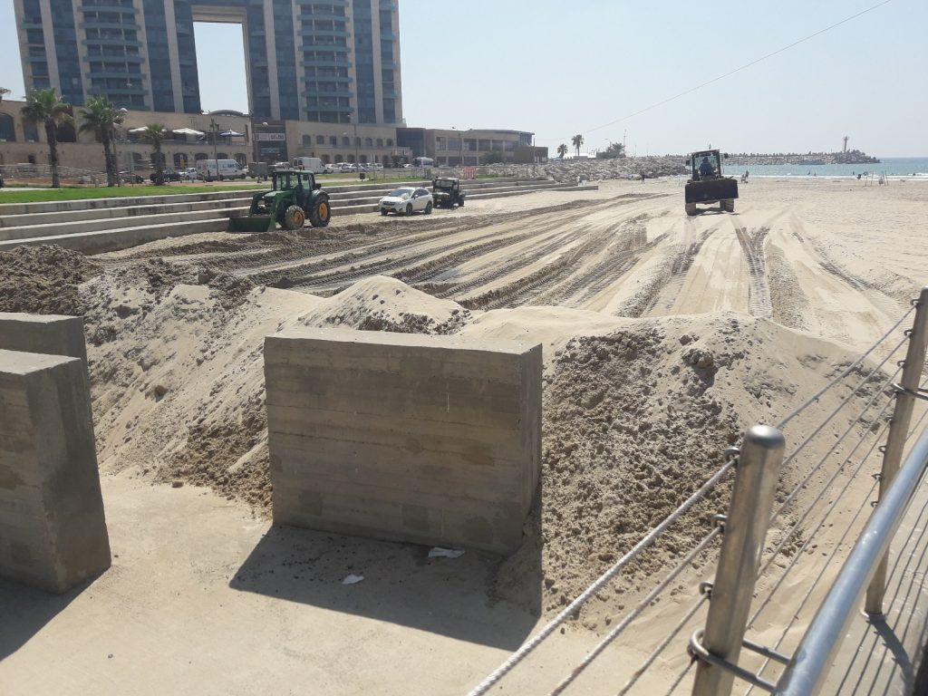 חסימת חוף בהרצליה בשל זיהום מהזרמת שפכים לים בחודש יולי. צילום עמיר ארד, המשרד להגנת הסביבה