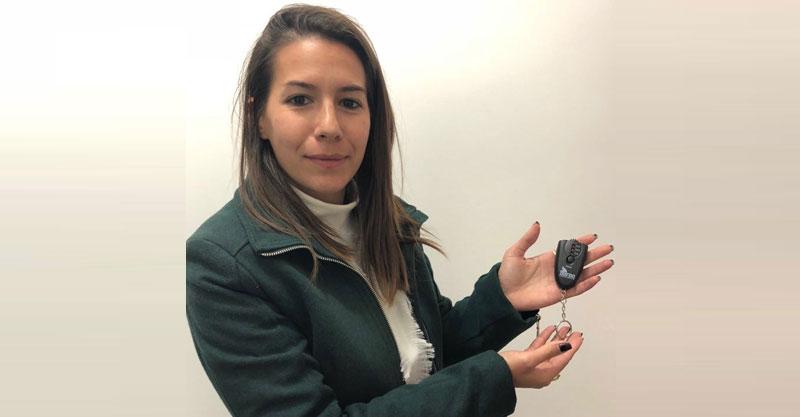 מאיה כץ מציגה את הנשיפון. צילום עיריית הרצליה