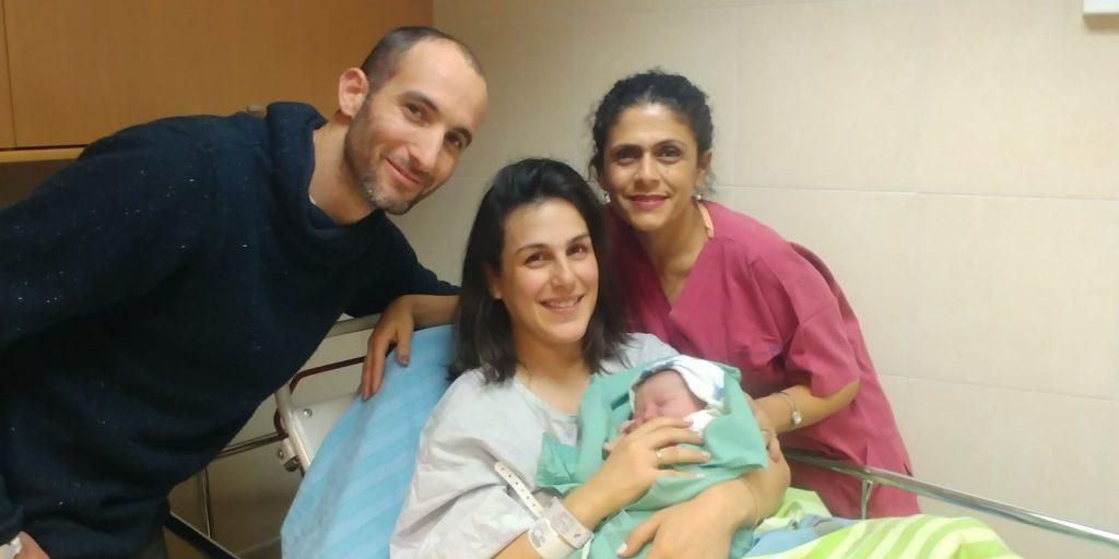 רוני ואברהמי סנדר ישראלי והמיילדת גלית שמשון