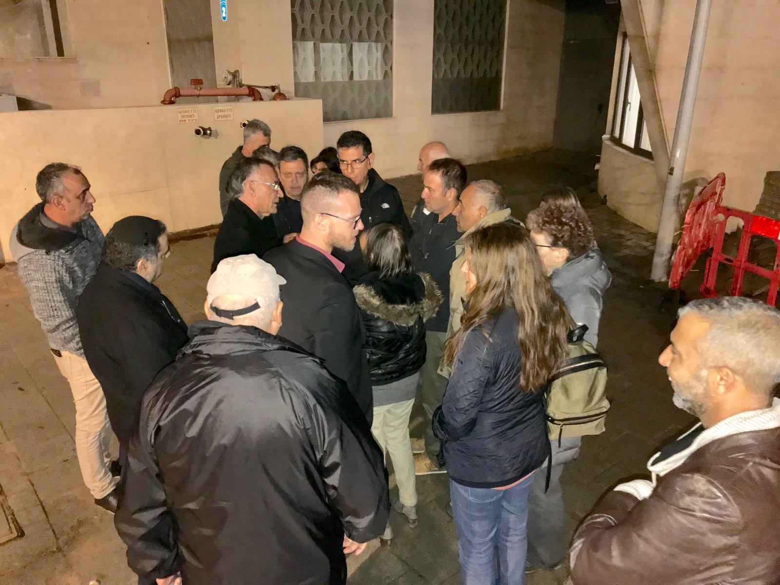 """תושבים משוחחים עם ראש העיר מחוץ ל""""היכל בעיר"""". צילום: אסף אמר"""