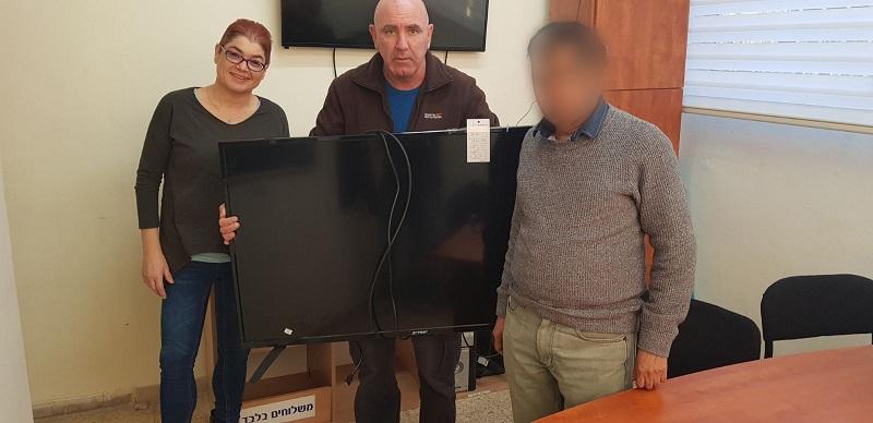 חוקרי משטרה מחזירים לתושב שנסחט טלוויזיה שנשדדה ממנו. צילום: דוברות משטרת ישראל