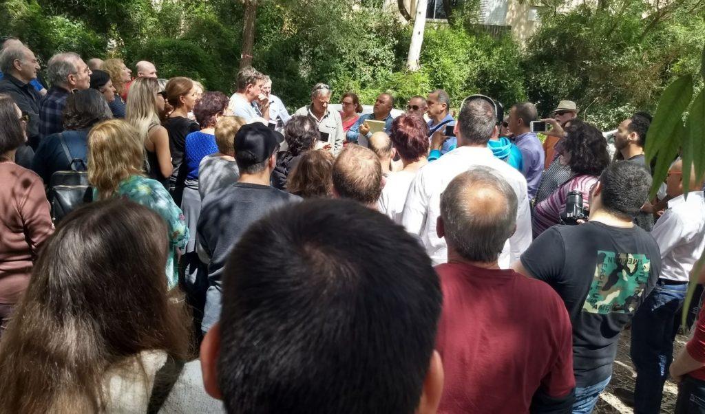 פגישת התושבים עם פקיד היערות, היום ביער אוסישקין. צילום שרון כפיר