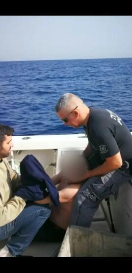 הסקיפר שנמשה מקבל טיפול בלב ים. צילום: משטרת ישראל