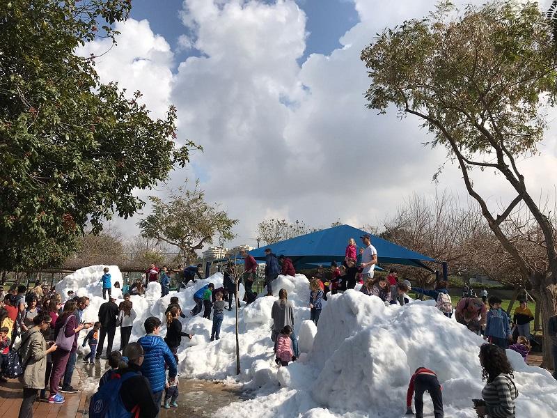 ערימות השלג בספורטק הרצליה בשבוע שעבר. צילום: אסף אמר