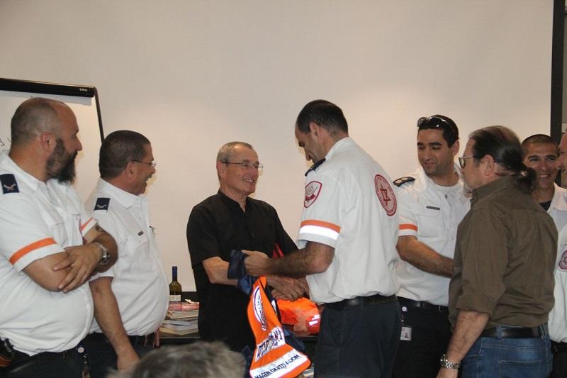 """מיכאל פגורק מקבל את תעודת מציל חיים של מד""""א. צילום: מד""""א"""