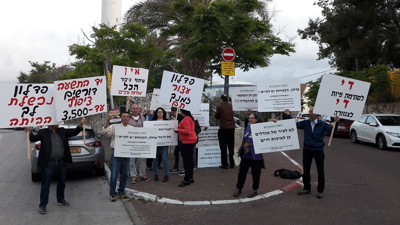"""ההפגנה לפני מפגש שיתוף הציבור בחטיבת זאב. צילום: """"המאבק לתכנון שפוי יד התשעה הרצליה"""""""