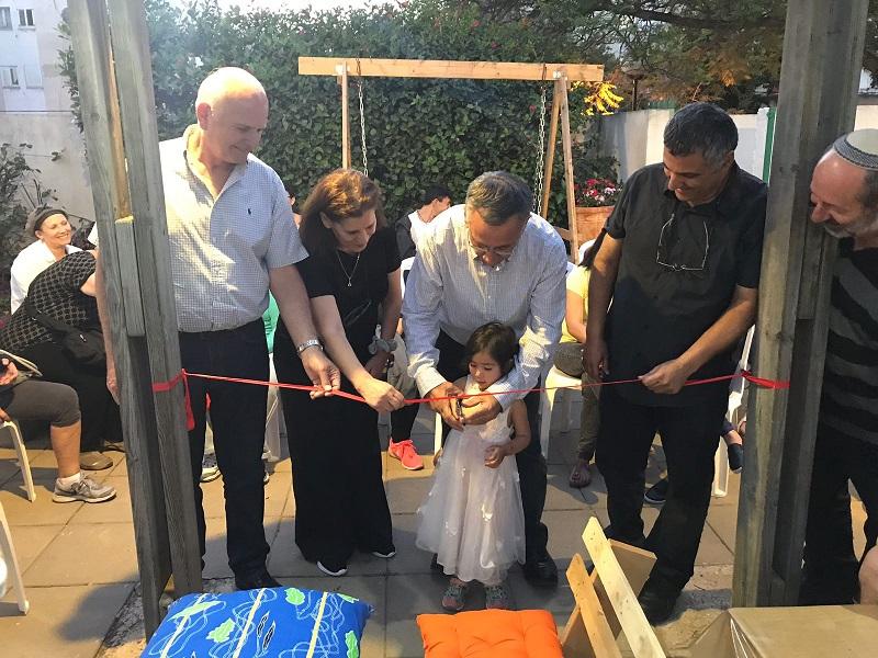 ראש העיר משה פדלון חונך רשמית את בית הקפה. צילום: אסף אמר