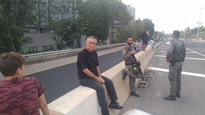 גם ראש העיר משה פדלון תפס עמדה. צילום: אסף אמר