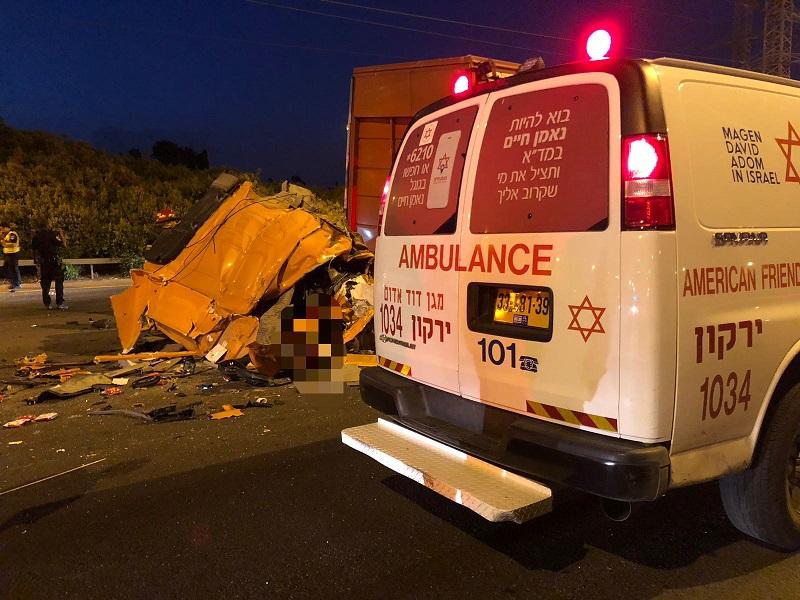 """התאונה בין המשאיות ליד מחלף שבעת הכוכבים. צילום: תיעוד מבצעי מד""""א"""