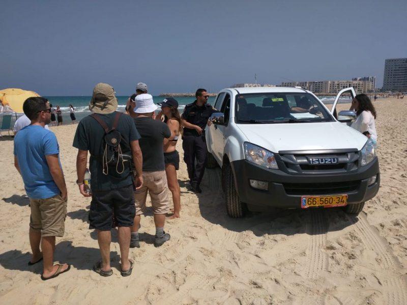מפגינים ופקחים בחוף הנפרד ביום שישי. צילום הרצליה חופשית