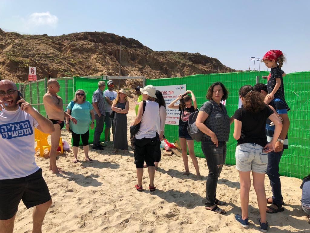 המפגינים בחוף. עודד זרחיה, הרצליה חופשית