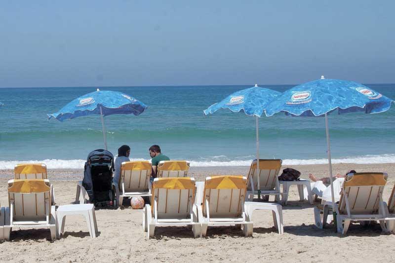 חוף הים בהרצליה. צילום עזרא לוי