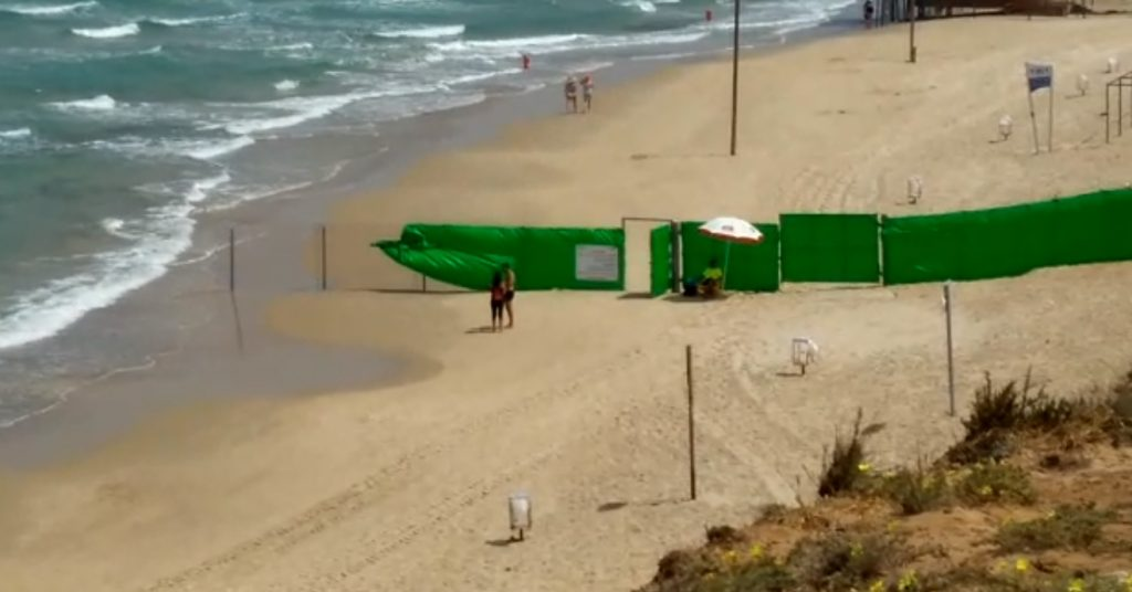 חסימת החוף הנפרד בהרצליה. צילום עודד זרחיה, הרצליה חופשית