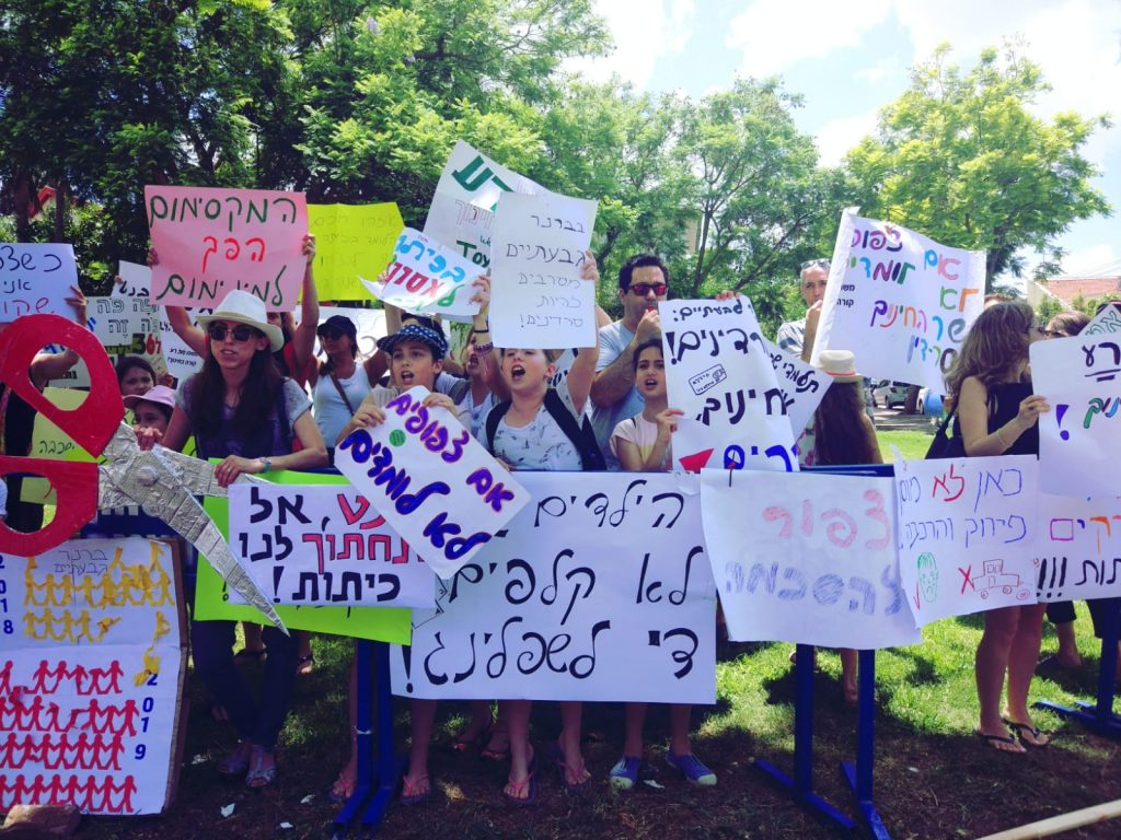 הפגנת ההורים והתלמידים מהרצליה מול ביתו של בנט