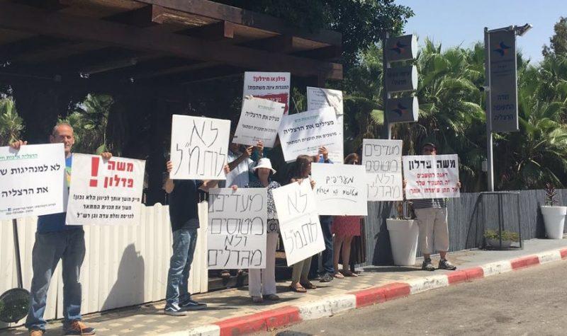 """הפגנת תושבים בחודש יולי בכניסה לשדה התעופה, נגד קידום התוכנית בותמ""""ל"""