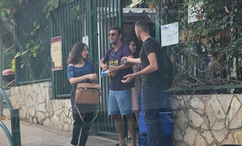 פעילים של מאיה כץ מחלקים שוקו בכניסה לבית ספר