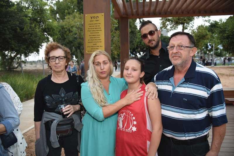 """הוריו של רן ברוך ז""""ל אלכס ויהודית, סיגל משולם ובתה סהר. מאחור אחיו של רן, שרון ברוך. צילום דוברות עיריית הרצליה"""