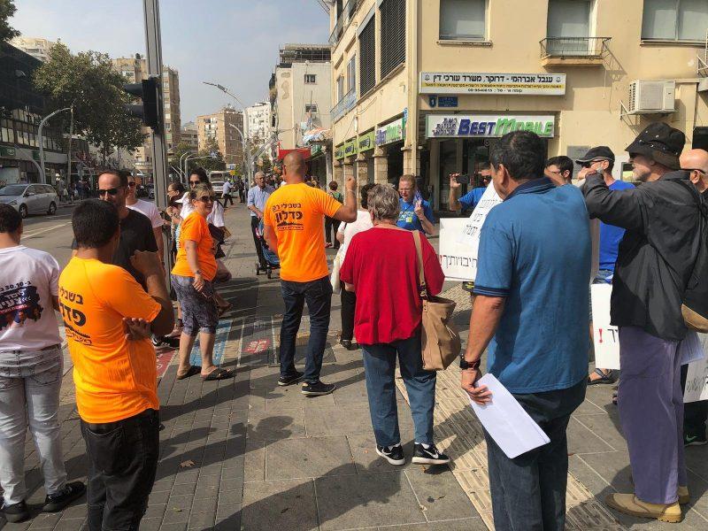 המפגינים ופעילים של פדלון מתעמתים