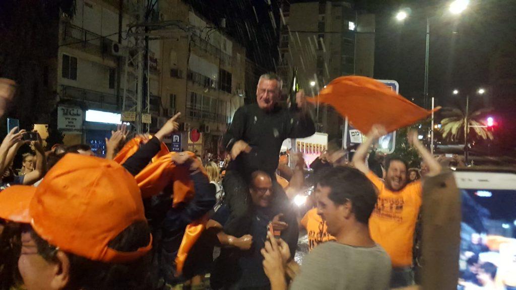 משה פדלון חוגג עם פעיליו הלילה בהרצליה