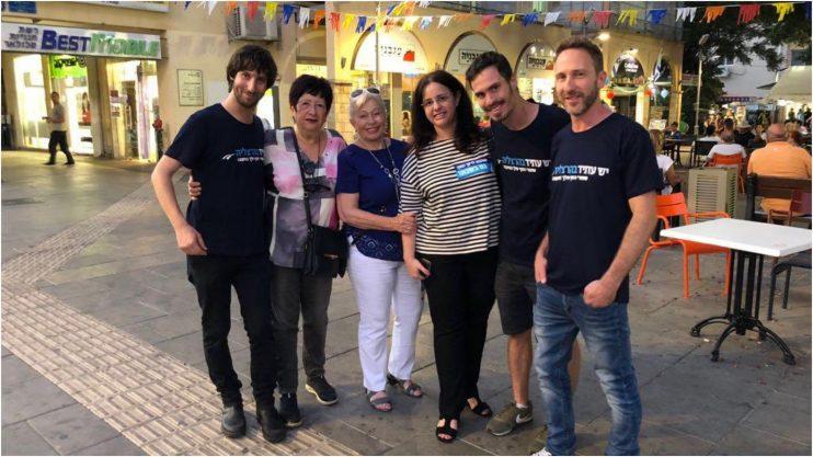 גלילה יבין (בחולצת פסים) ודבורה וינשטיין (בחולצה כחולה) במרכז התמונה עם פעילים של יש עתיד.