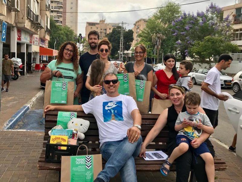 """פעילי פרויקט """"ספסל נתינה"""" בהרצליה"""