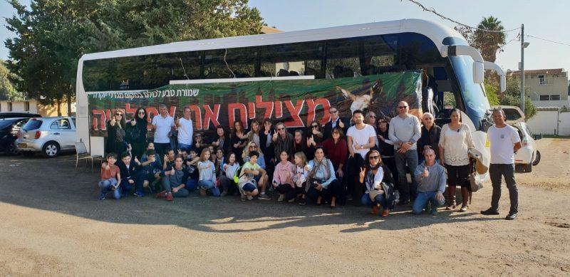 פעילי המאבק בתוכנית אפולוניה באוטובוס בדרך לירושלים