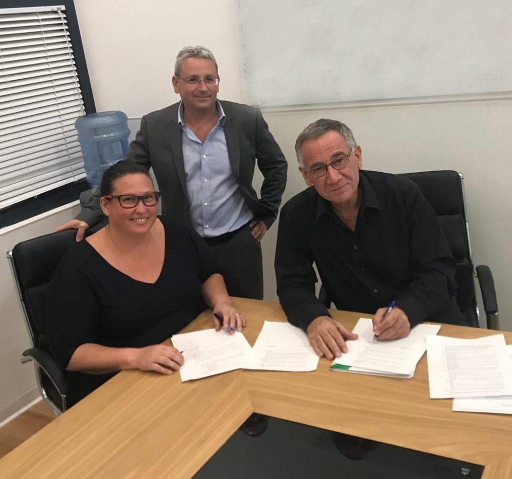 דנה אורן ינאי ומשה פדלון חותמים על ההסכם הקואליציוני