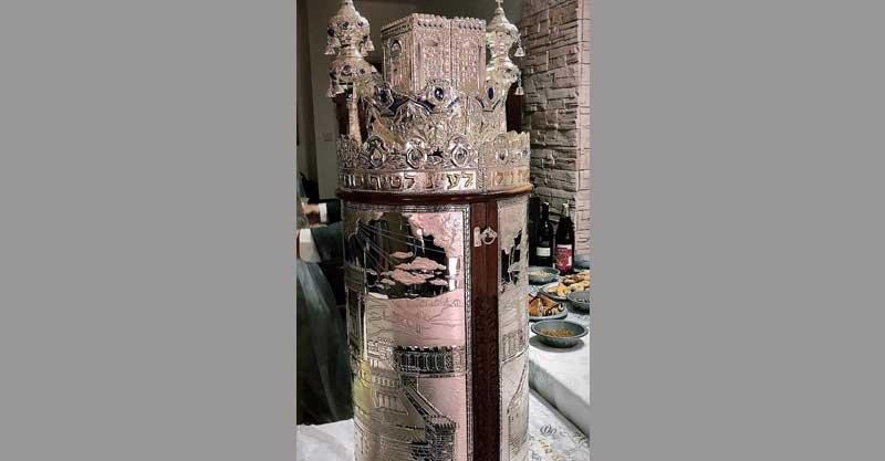 אחד מספרי התורה העתיקים שנגנבו מבית הכנסת