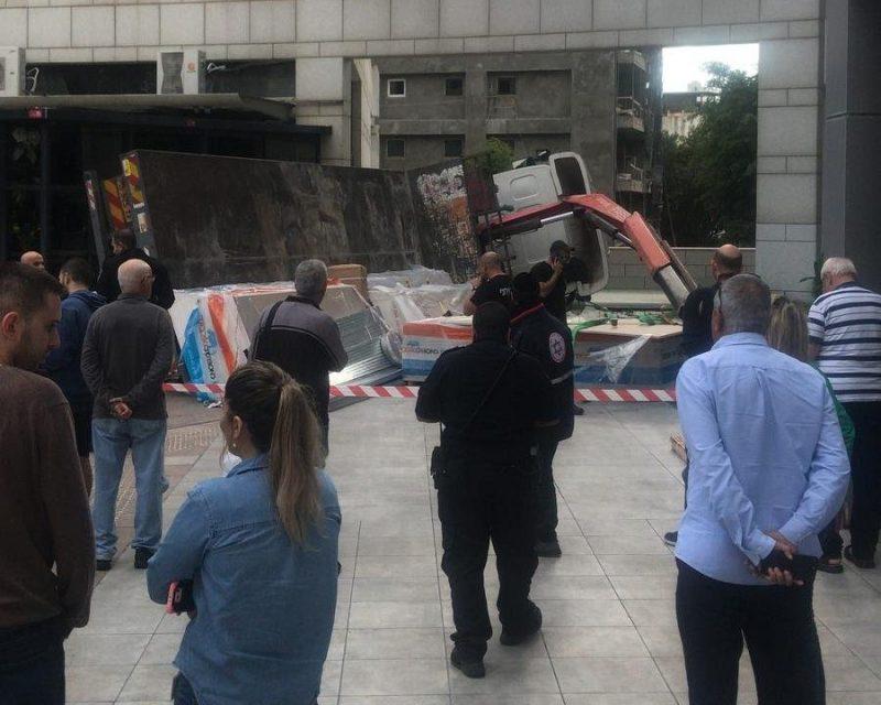 משאית שהתהפכה ברחבת בניין העירייה בהרצליה
