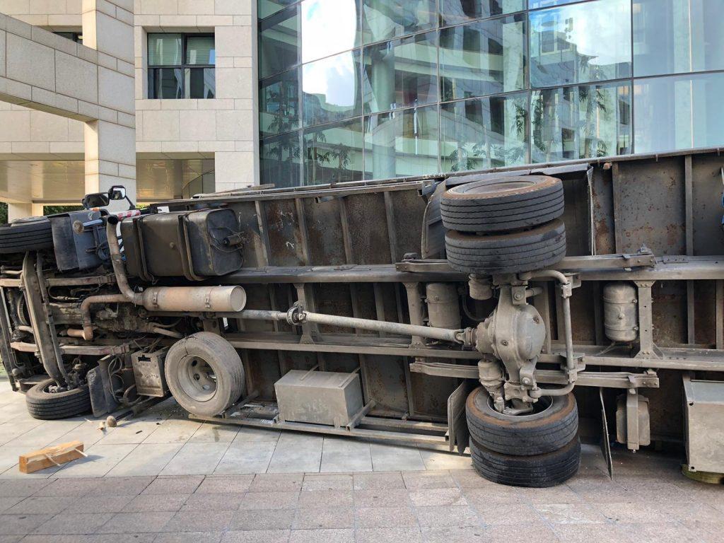המשאית שהתהפכה ברחבת בניין העירייה בהרצליה