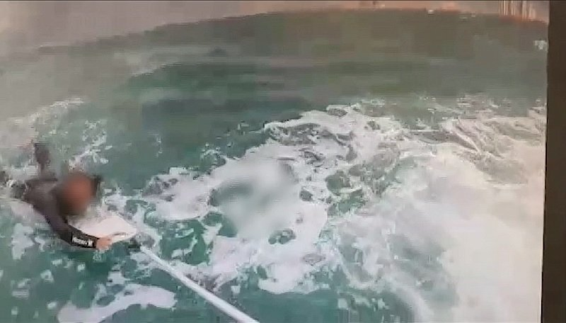 חילוץ הגולש מול חופי הרצליה. צילום משטרת ישראל