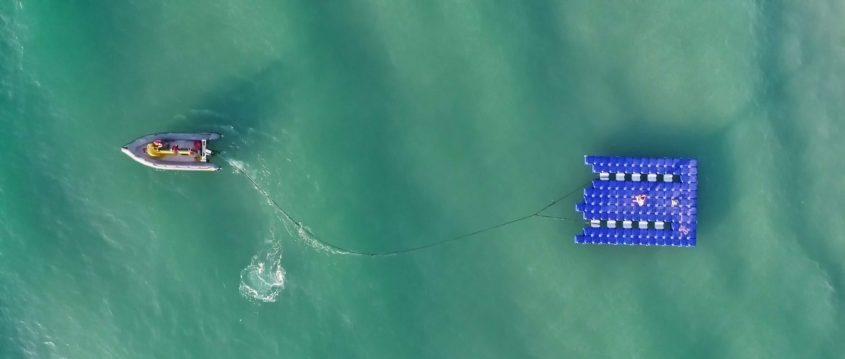 צופי הים הרצליה גוררים מזח צף לים