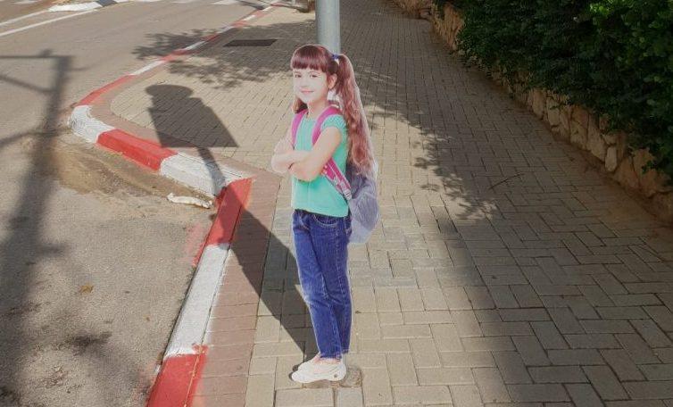 דמות ילדה ליד בית הספר יוחנני