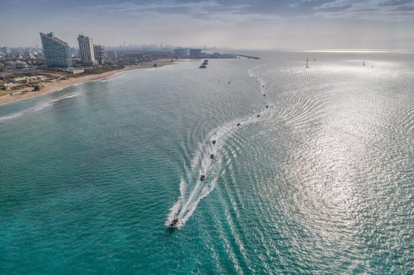 צוערי קורס חובלים מפליגים לאורך חופי הרצליה במהלך ההפלגה המסכמת של שלב בסיס של הקורס
